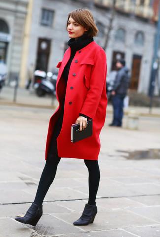 Comment porter: manteau rouge, robe-pull en tricot noire, bottines compensées en cuir noires, collants en laine noirs