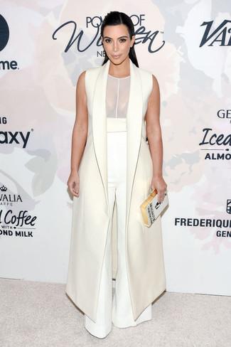 Tenue de Kim Kardashian: Manteau sans manches blanc, Débardeur en tulle blanc, Pantalon large blanc, Pochette brodée blanche
