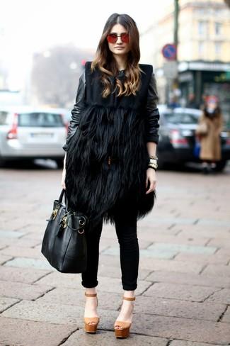 Comment porter: manteau sans manches en fourrure noir, blouson aviateur en cuir noir, jean skinny noir, sandales à talons en cuir épaisses marron clair