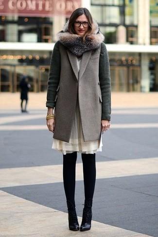 Comment porter: manteau sans manches gris, cardigan vert foncé, robe droite en chiffon beige, bottines en cuir noires