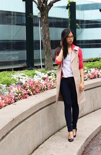 Comment porter: manteau sans manches beige, cardigan rouge, t-shirt à col en v blanc, jean skinny bleu marine