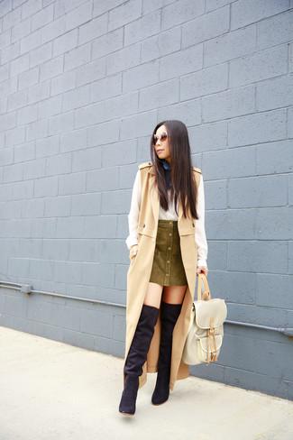 Comment porter: manteau sans manches marron clair, chemise de ville en soie blanche, jupe boutonnée olive, cuissardes en daim noires