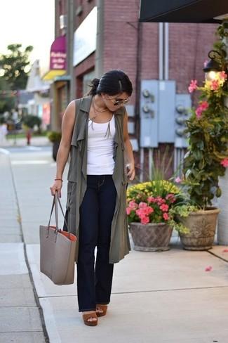 Comment porter: manteau sans manches olive, débardeur blanc, jean flare bleu marine, sandales à talons en cuir marron