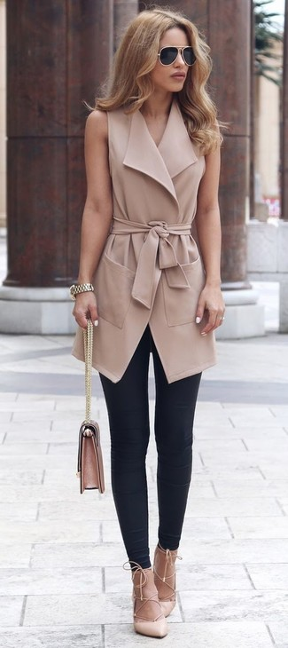 Comment porter: manteau sans manches marron clair, leggings noirs, escarpins en cuir beiges, cartable en cuir rose