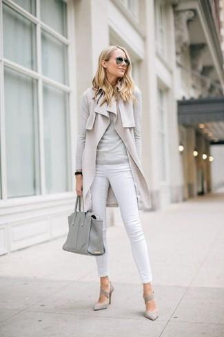 Comment porter: manteau sans manches beige, pull à col rond gris, jean skinny blanc, escarpins en daim gris