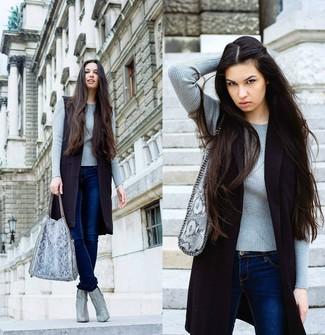 Comment porter: manteau sans manches noir, pull à col rond gris, jean skinny bleu marine, bottines en cuir imprimées serpent grises