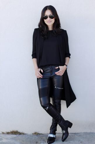 Comment porter: manteau sans manches noir, pull à col rond noir, pantalon slim en cuir noir, bottines en cuir ornées noires