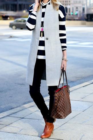 Comment porter: manteau sans manches gris, pull à col roulé à rayures horizontales blanc et noir, jean skinny noir, bottines chelsea en cuir tabac