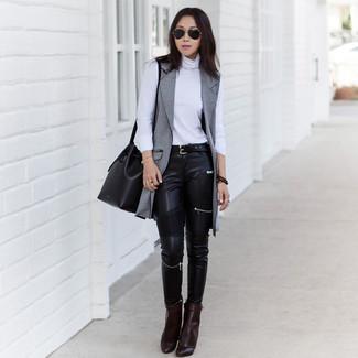 Comment porter: manteau sans manches gris, pull à col roulé blanc, jean skinny en cuir noir, bottines en cuir marron foncé
