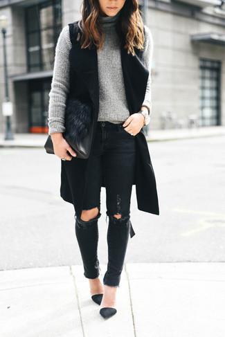 Comment porter: manteau sans manches noir, pull à col roulé en tricot gris, jean skinny déchiré noir, escarpins en daim noirs