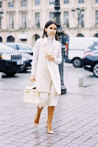 Comment porter un cartable en cuir blanc: Essaie de marier un manteau sans manches blanc avec un cartable en cuir blanc pour une tenue relax mais stylée. Assortis ce look avec une paire de des escarpins en daim beiges.