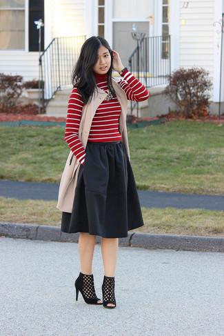 Comment porter: manteau sans manches beige, pull à col roulé à rayures horizontales rouge et blanc, jupe évasée noire, bottines en daim découpées noires