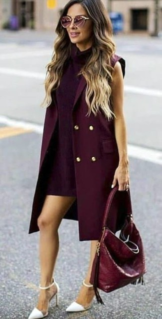 Comment porter un manteau sans manches bordeaux: Essaie d'associer un manteau sans manches bordeaux avec une robe droite pourpre foncé si tu recherches un look stylé et soigné. Une paire de des escarpins en cuir blancs est une option astucieux pour complèter cette tenue.