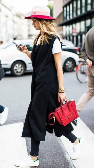 Comment porter: manteau sans manches noir, robe nuisette noire, t-shirt à col rond blanc, jean skinny noir