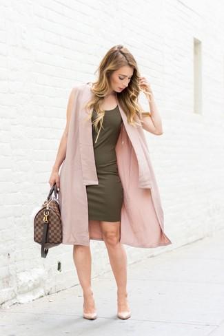 Comment porter: manteau sans manches rose, robe moulante olive, escarpins en cuir beiges, grand sac en cuir marron foncé