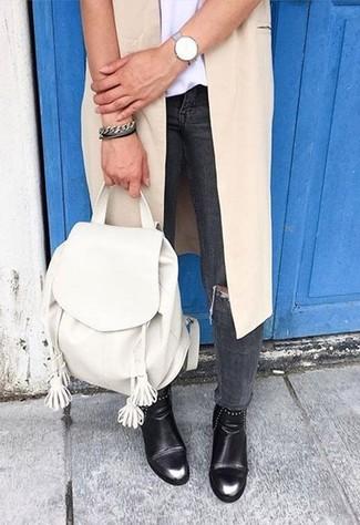 Comment porter un sac à dos en cuir blanc: Harmonise un manteau sans manches beige avec un sac à dos en cuir blanc pour créer un look génial et idéal le week-end. Une paire de des bottines en cuir noires est une option avisé pour complèter cette tenue.