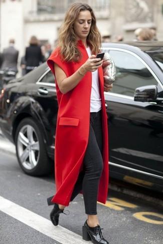 Comment porter un manteau sans manches bordeaux: Pense à opter pour un manteau sans manches bordeaux et un jean skinny gris foncé pour une tenue raffinée mais idéale le week-end. Cette tenue est parfait avec une paire de des bottines à lacets en cuir noires.