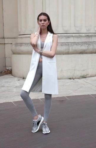 Ce combo d'un manteau sans manches blanc et de leggings gris attirera l'attention pour toutes les bonnes raisons. Une paire de des chaussures de sport grises apporte une touche de décontraction à l'ensemble.