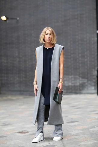 La polyvalence d'un manteau sans manches gris et d'un pantalon slim en tricot gris en fait des pièces de valeur sûre. D'une humeur créatrice? Assortis ta tenue avec une paire de des baskets basses blanches.
