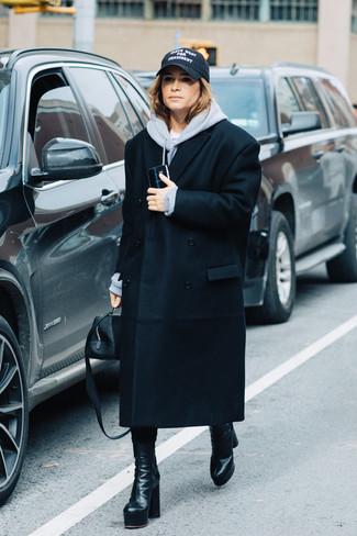 Comment porter: manteau noir, sweat à capuche gris, bottes mi-mollet en cuir noires, sac à main en cuir noir
