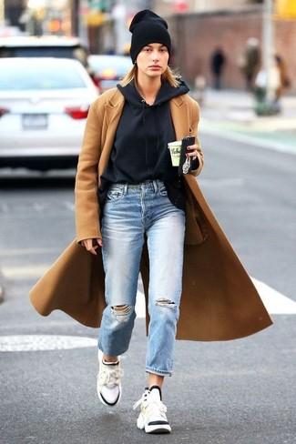 Comment porter: manteau marron clair, sweat à capuche noir, jean boyfriend déchiré bleu clair, chaussures de sport blanches