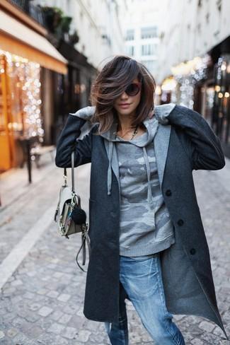 Comment porter: manteau gris foncé, sweat à capuche camouflage gris, jean boyfriend déchiré bleu, sac bandoulière en cuir beige