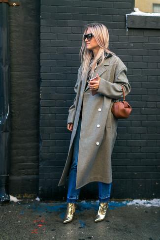 Comment porter: manteau à carreaux gris, sweat à capuche noir, jean bleu, bottines en cuir dorées