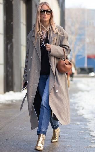 Comment porter: manteau gris, sweat à capuche imprimé noir et blanc, jean bleu, bottines en cuir dorées