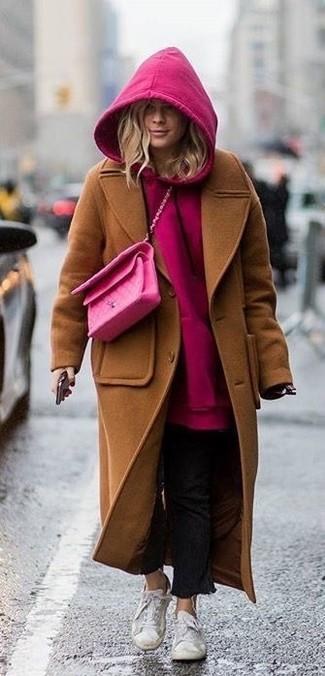 Comment porter: manteau marron, sweat à capuche fuchsia, jean noir, baskets basses blanches