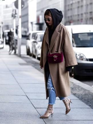 Comment porter: manteau marron clair, sweat à capuche noir, jean déchiré bleu, escarpins en cuir à clous marron