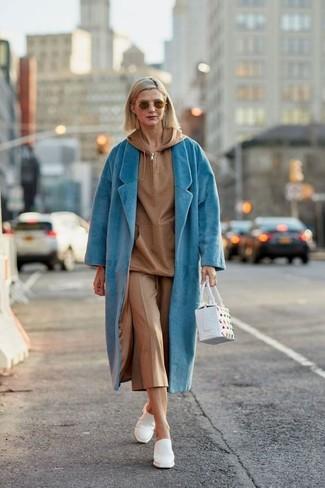 Affiche ton côté espiègle avec un sweat à capuche et une jupe-culotte brune claire. Fais d'une paire de des mules en cuir blanches ton choix de souliers pour afficher ton expertise vestimentaire.