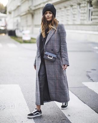 Comment porter: manteau écossais gris, sweat à capuche noir, pantalon slim en cuir noir, baskets basses en toile noires et blanches