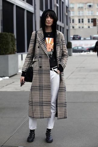 Comment porter un manteau écossais beige: Essaie d'associer un manteau écossais beige avec un jean blanc pour une tenue confortable aussi composée avec goût. Pourquoi ne pas ajouter une paire de des bottines plates à lacets en cuir noires à l'ensemble pour une allure plus décontractée?