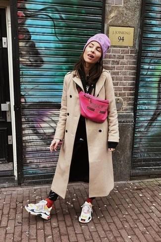 Comment porter: manteau beige, sweat à capuche noir, t-shirt à col rond imprimé noir et blanc, jean skinny en cuir noir