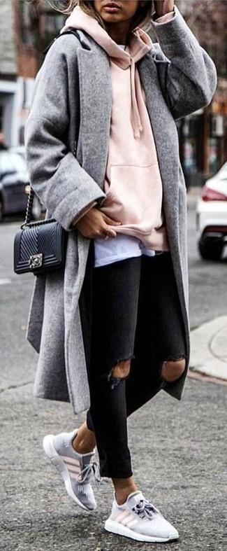 Comment porter: manteau gris, sweat à capuche rose, t-shirt à col rond blanc, jean skinny déchiré noir