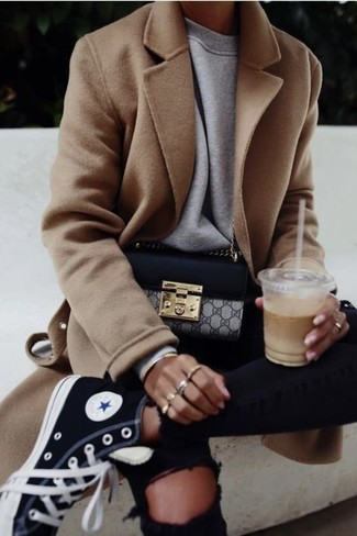 Comment porter un sweat-shirt gris: Pense à opter pour un sweat-shirt gris et un jean skinny déchiré noir pour un look confortable et décontracté. Cette tenue est parfait avec une paire de des baskets montantes en toile noires.