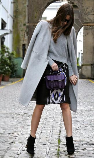Comment porter: manteau gris, sweat-shirt gris, jupe crayon imprimée noire et blanche, bottines en daim noires