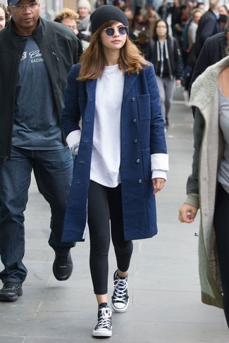Comment porter: manteau bleu marine, sweat-shirt blanc, leggings noirs, baskets montantes noires et blanches
