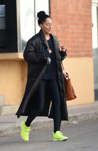 Comment porter: manteau matelassé noir, sweat-shirt bleu marine, leggings noirs, chaussures de sport chartreuses