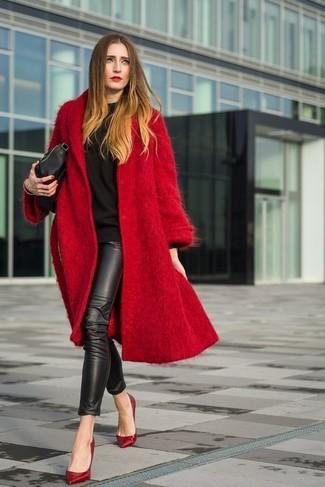 Comment porter: manteau rouge, sweat-shirt noir, leggings en cuir noirs, escarpins en cuir rouges
