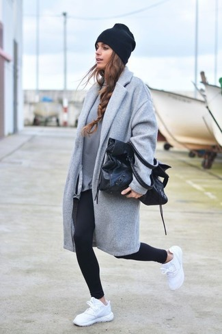 Comment porter: manteau gris, sweat-shirt gris, leggings noirs, chaussures de sport blanches