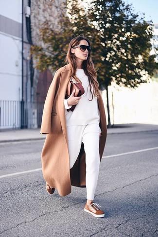 Comment porter des baskets basses en daim marron: Harmonise un manteau marron clair avec un pantalon carotte blanc pour un look élégant et soigné. Jouez la carte décontractée pour les chaussures et opte pour une paire de des baskets basses en daim marron.
