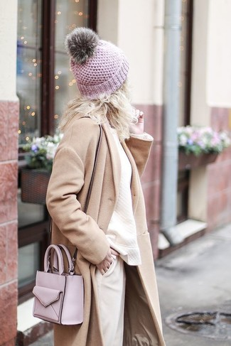 Comment porter: manteau beige, sweat-shirt beige, pantalon carotte beige, sac bandoulière en cuir rose