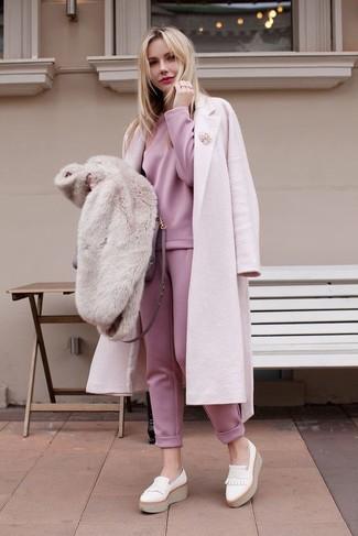 Comment porter: manteau rose, sweat-shirt rose, pantalon de jogging rose, mocassins plateforme en cuir blancs