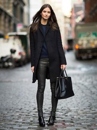 Comment porter: manteau noir, sweat-shirt bleu marine, pantalon slim en cuir vert foncé, bottines en cuir noires