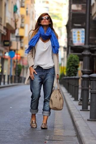 Comment porter un t-shirt à col boutonné avec un jean boyfriend: Essaie de marier un t-shirt à col boutonné avec un jean boyfriend pour une tenue relax mais stylée. Rehausse cet ensemble avec une paire de des slippers en cuir à clous dorés.