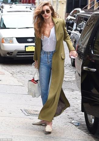 Comment porter: manteau olive, t-shirt à col boutonné blanc, jean bleu clair, slippers en cuir beiges