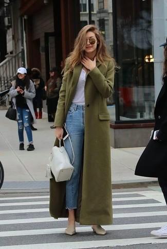 Comment porter: manteau olive, t-shirt à col boutonné blanc, jean bleu clair, mules en cuir beiges
