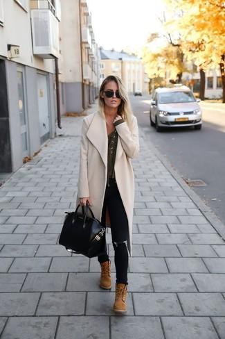 Comment porter des bottines à lacets en daim marron clair: Associe un manteau beige avec un jean skinny noir pour une tenue idéale le week-end. Une paire de bottines à lacets en daim marron clair est une option parfait pour complèter cette tenue.