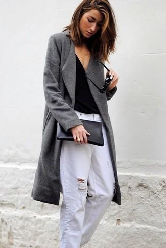 Comment porter: manteau gris, t-shirt à col en v noir, jean boyfriend déchiré blanc, pochette en cuir noire